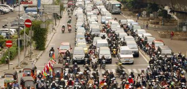 wda323 YAKARTA (INDONESIA) 5/8/2010.- Cientos de trabajadores esperan en un semáforo de Yakarta, Indonesia, hoy, jueves 05 de agosto de 2010. Unas 900 motocicletas nuevas son registradas en la ciudad cada día, según datos de la policía de Yakarta. Varios críticos afirman que estos vehículos son lo que más dificultan el tráfico en la ciudad y algunas administraciones consideran que la solución para mejorar el tráfico sería implementar mejoras en el transporte público. EFE/ADI WEDA TELETIPOS_CORREO:EBF,%%%,%%%,%%%